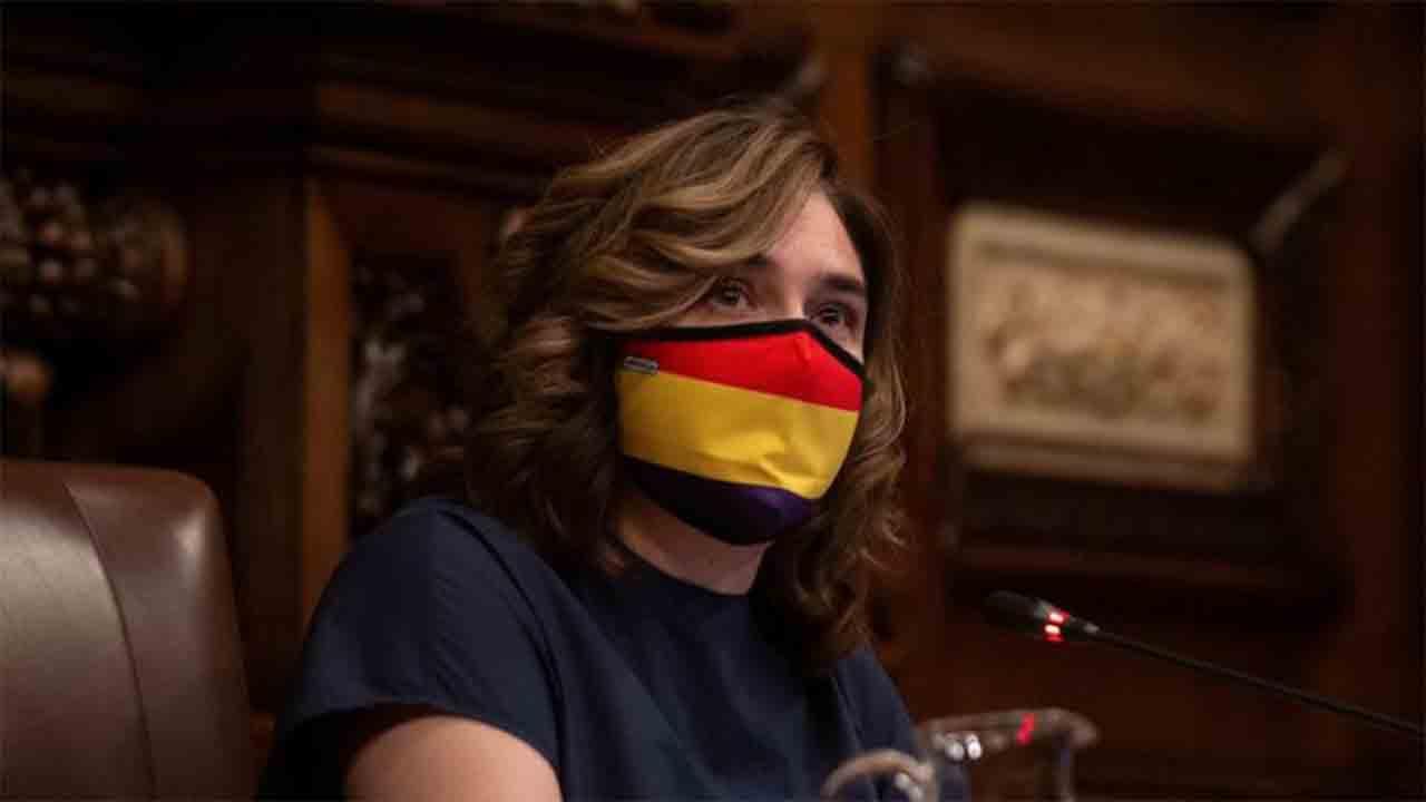 Ada-Colau-critica-el-discurso-de-odio-de-la-derecha-con-una-mascarilla-republicana